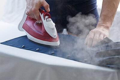 Quelle est la meilleure manière de repasser les chemises et chemisiers?